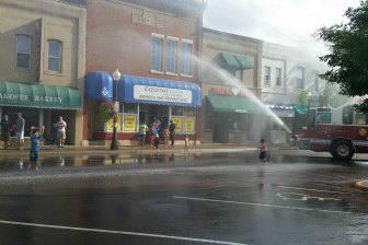 Когда становится жарко, пожарные с радостью польют детишек водой
